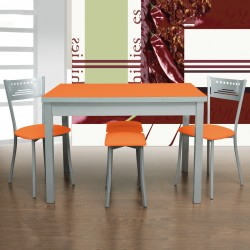 Pack mesa de cocina Orange, ejemplo con 2 sillas y 2 taburetes, en color naranja.