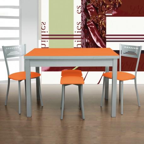 Pack mesa de cocina Orange, ejemplo con 2 sillas y 2 taburetes, en color naranja.