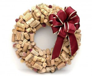 corona decorativa con corchos de botellas. La navidad ya está aquí.